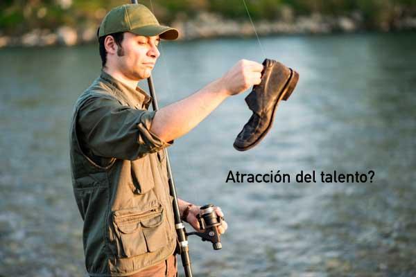 Homem que acaba de pescar um sapato